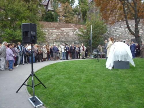 除幕式の開会前の様子、始まる時は皆さん前に詰めてきていました