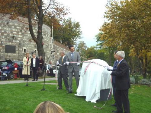 除幕式:伊藤大使、ナジ区長、私、キッシュさん
