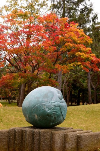 秋のさっぽろ、円山公園の「母子像・ふるさと」です。<今井さん撮影>