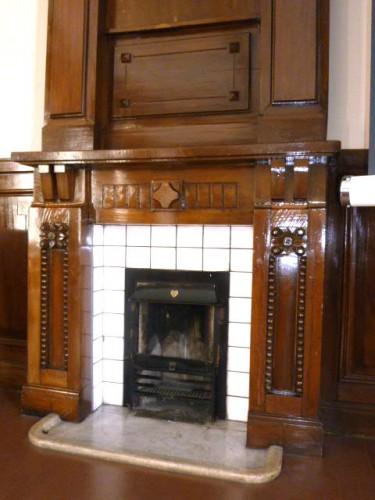 2階会議室正面にある暖炉:存在感抜群!