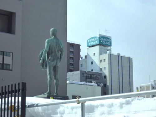彫像の後ろから南方向、隣のビルは霊廟