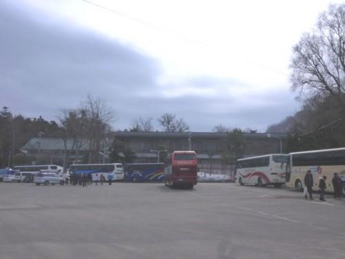 次々とバスが停まる北海道神宮、中国語ばかり