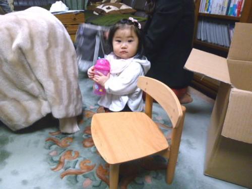 1歳の誕生日前に届いた「君の椅子」の前で