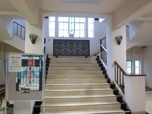 1階ホールからの階段、記念室は2階