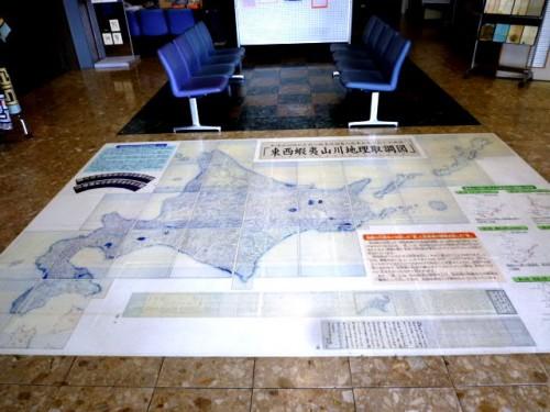 玄関正面ロビーの床・北海道地図