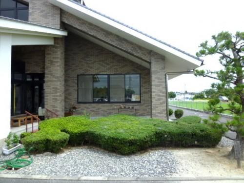 松浦武四郎記念館、玄関横の北海道型植栽