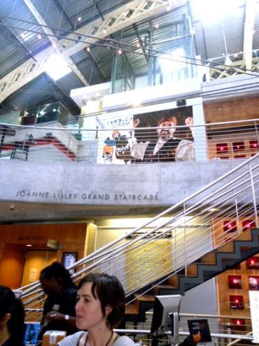 兵器倉庫をリノベーションした劇場エントランスホール