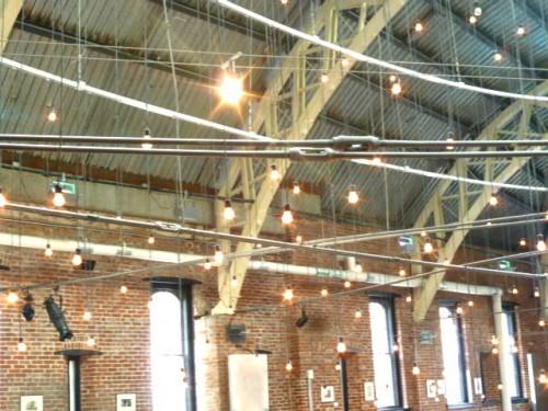 屋根を支える支柱も鋼鉄製に見せた木製、エコロジーな雨水活用のダクトも