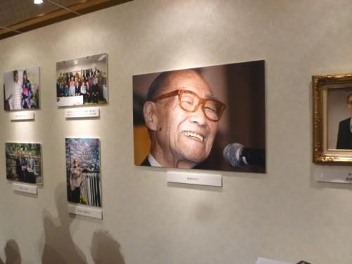 在りし日の品川正治さん:会場内の展示パネル