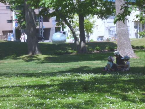 初夏の円山公園「母子像ふるさと」