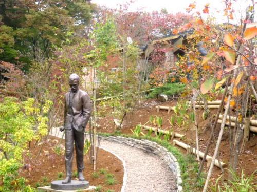 詩人「ヨーゼフ・アティラ像」も新しく設置