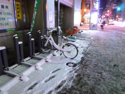 初雪の札幌市中央区南1条西5丁目