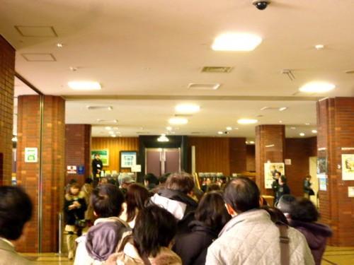 教育文化会館小ホール、開場前からのお客さんの列