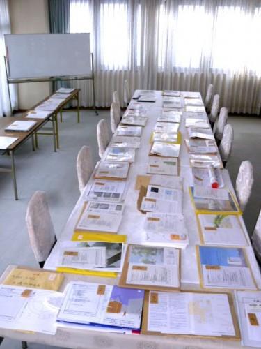 机いっぱいの応募資料群! @秋山財団2階会議室