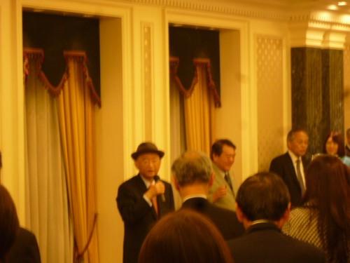 講演会後の懇親会で、挨拶する浅野史郎さん(元宮城県知事)