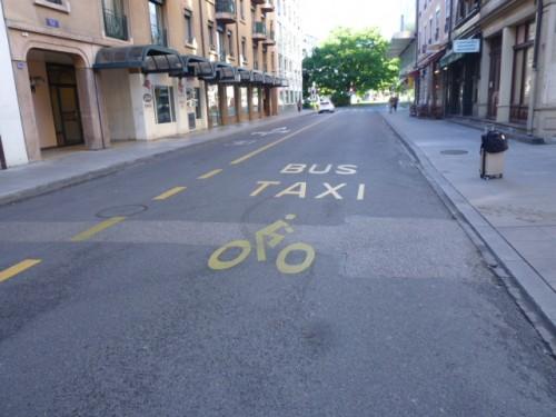 バス、タクシー、自転車は同じレーンで