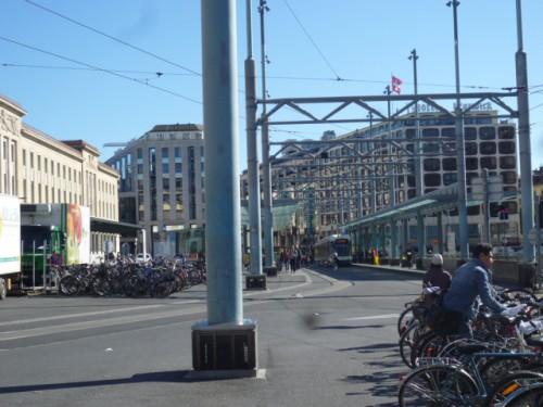 駅前広場、列車、自転車、路面電車が相互乗り入れ