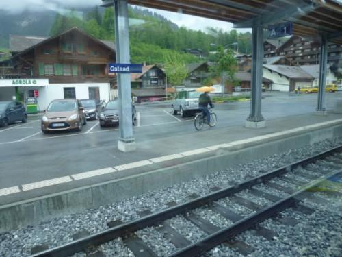 電車のホーム、自転車、そして自動車駐車場がまさに一体化のバリアフリー