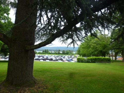 庭には大きな木、遠方にはレマン湖が望まれます