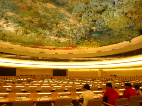 5か国語同時通訳機能を備えて大会議室、天井にも注目!