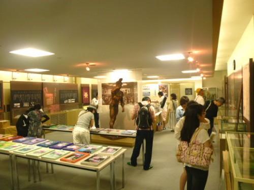 老若男女、同窓会館展示室は大賑わい