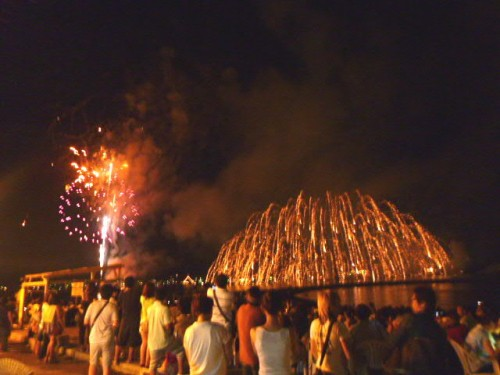 夜の花火大会:打ち上げ花火と水中花火のコラボレーション