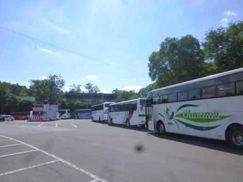 北海道神宮の駐車場は中国からの観光客のバスでいっぱい