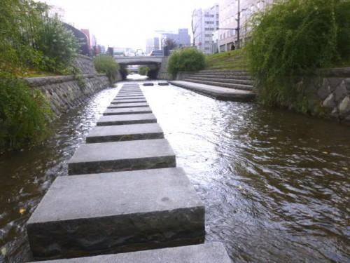 橋の横から札幌軟石の階段を下りて
