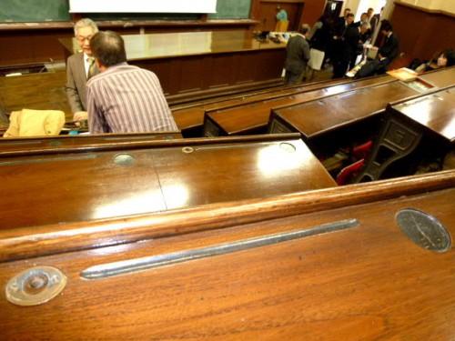 医学部一号館・階段教室机上