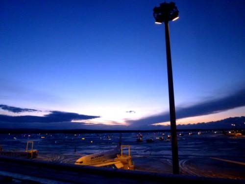 日の出前の新千歳空港