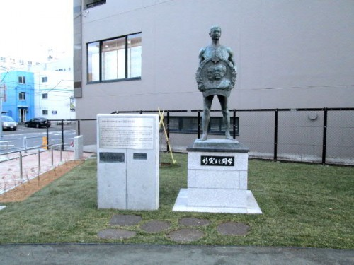 ブロンズ像と銘板