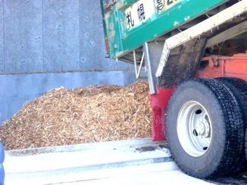 チップはトラックでボイラー施設へ貯蔵