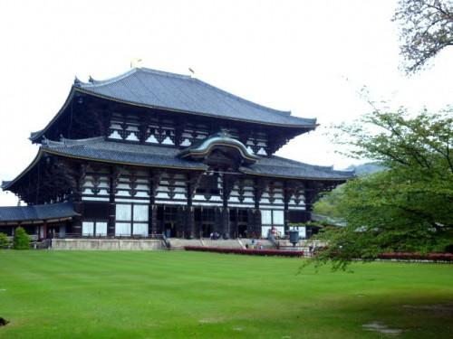 江戸時代の大仏殿改築では両側で四間狭くなりました