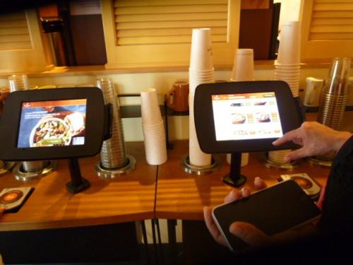 レストラン入口:クイックライン 注文・支払は画面から