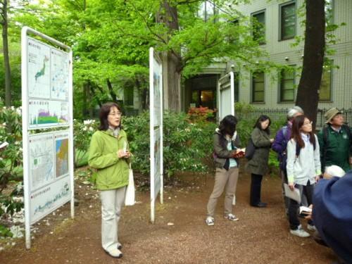 冨士田裕子先生のご説明で園内ツアー
