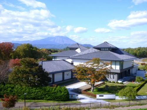先人記念館と背景の岩手山