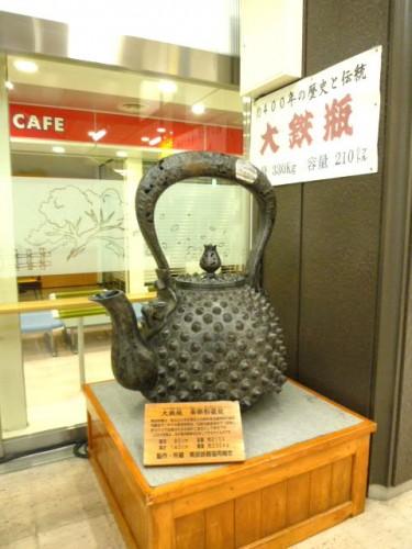 盛岡駅には大きな鉄瓶も