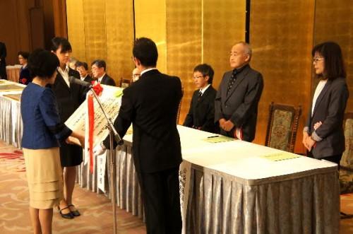 高橋はるみ知事から贈呈を受ける平田常務理事と倉谷事務局長