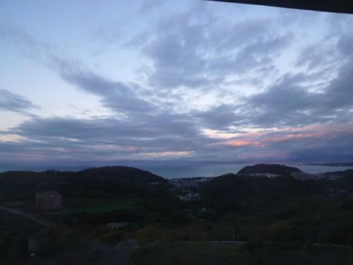 夜明け前の三浦半島から見る西方
