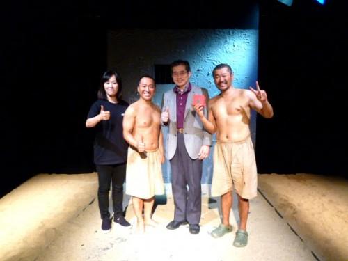 演出のソ・ジヘさん、ウィンストン役のナム・ドンジンさん、ジョン役のチェ・ムインさんと記念撮影!