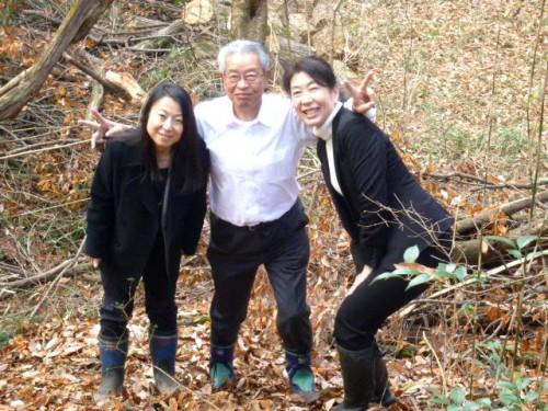 両手に花の平田理事長、右は辻さん、左は黒子さん