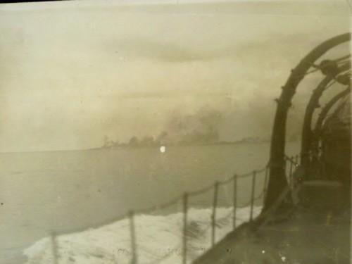 レイテ沖海戦、攻撃を受ける戦艦武蔵を重巡「利根」から