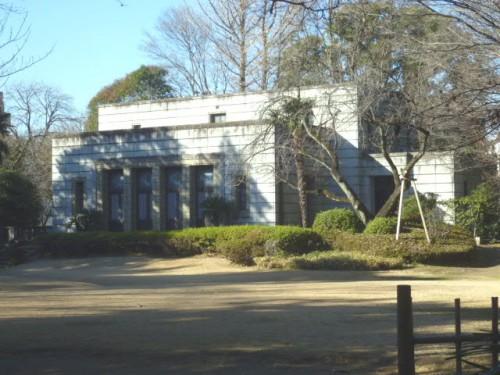 戦災でも残った青淵文庫建物