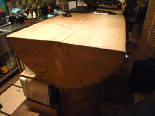 カウンターテーブルも一本の大木