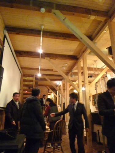 中は高い天井と木材仕様