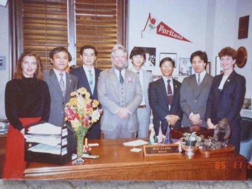 当時のバド・クラーク市長と共に:ポ市市役所市長室で