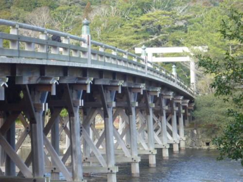 入口の大鳥居から橋を渡って