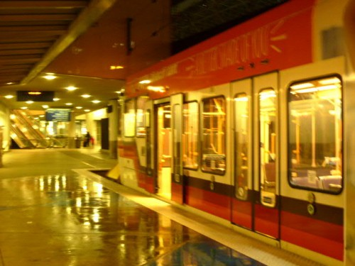 空港ロビー横から電車が出発