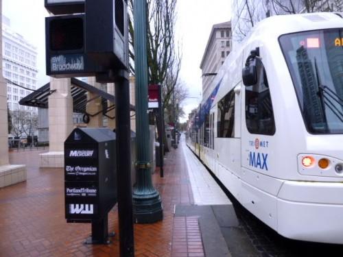 街なかではまさに低床の連結車両の市電