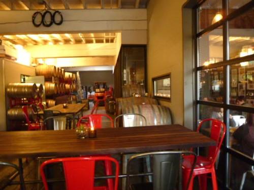 バーの横から奥にはワイナリーとイベントスペース